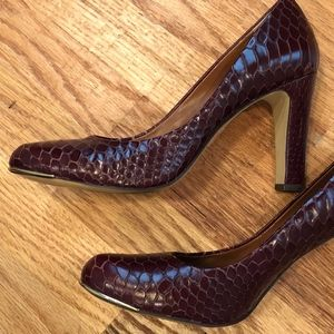 Banana Republic Snake Embossed Heels 9.5 Burgundy
